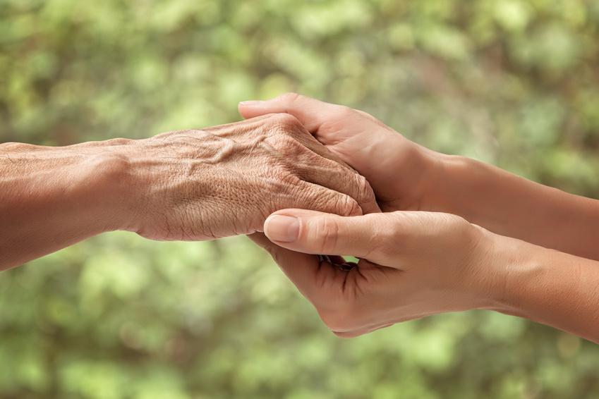 Pflegende Angehörige Hände halten