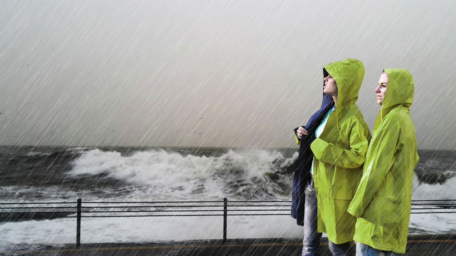 Krise 2 Personen in grünem Regenmantel am Meer