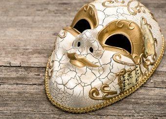 Selbstwert hinter Maske auf Holz
