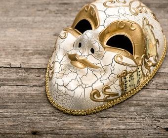 Selbstwertgefühl stärken hinter Maske auf Holz