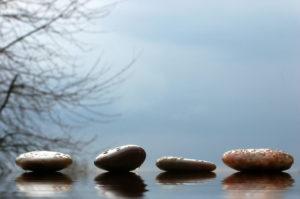 Steine auf glattem Wasser