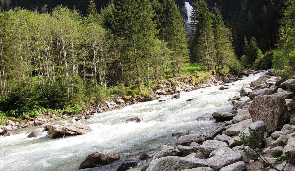 Nadelwald und Fluss als Symbol für Stressabbau