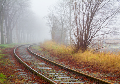Schiene im Nebel symbolisiert hochsensibel was tun