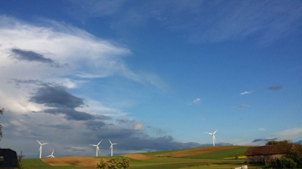 Feld mit Windrädern symbolisiert Gesundheit
