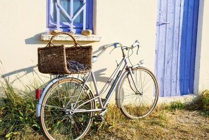 fahrrad an hauswand im sommerlicht